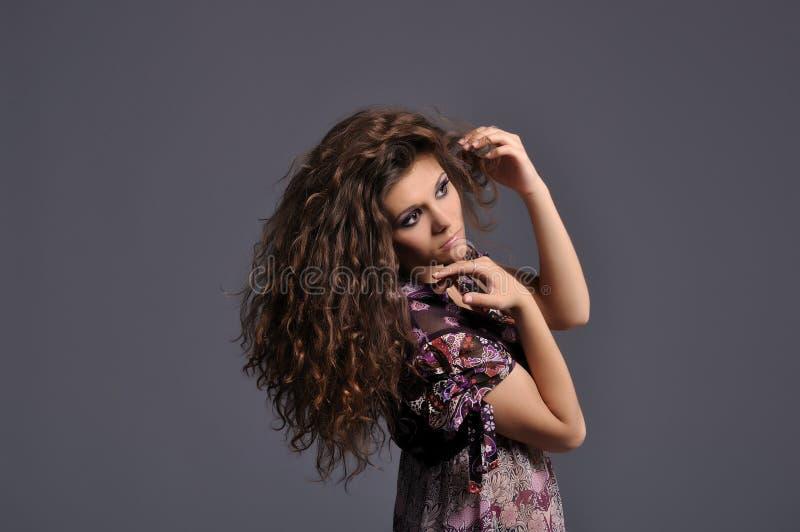 Schönes Mädchen mit Reichtum des wellenförmigen braunen Haares lizenzfreie stockbilder