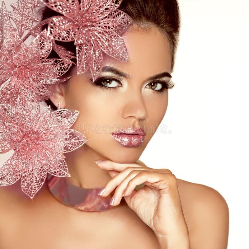 Schönes Mädchen mit rosa Blumen. Schönheit vorbildliches Woman Face. Perfe stockfotografie