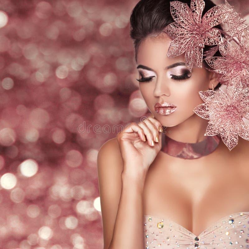 Schönes Mädchen mit rosafarbenen Blumen Schönheit vorbildliches Woman Face isola stockbilder