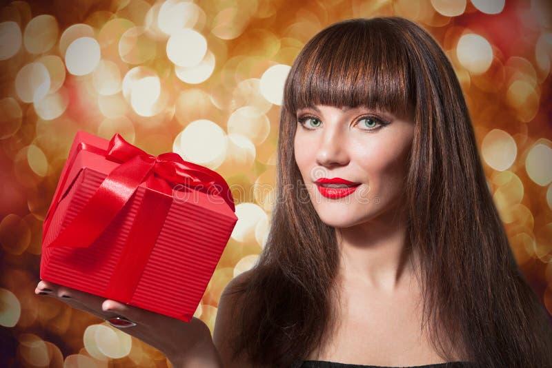 Schönes Mädchen mit roter Geschenkbox lizenzfreies stockbild