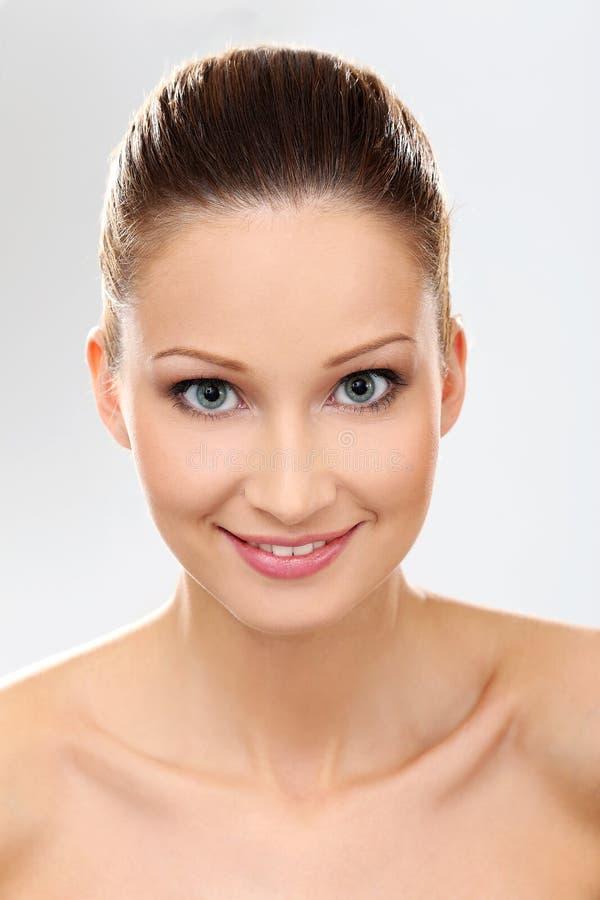 Schönes Mädchen mit sauberer und perfekter Haut lizenzfreie stockfotografie