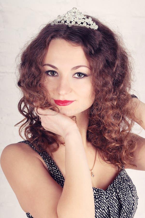 Schönes Mädchen mit Tiara stockfotografie