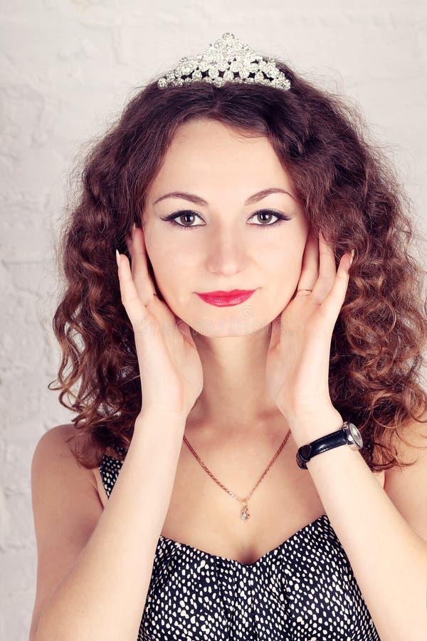 Schönes Mädchen mit Tiara stockbild