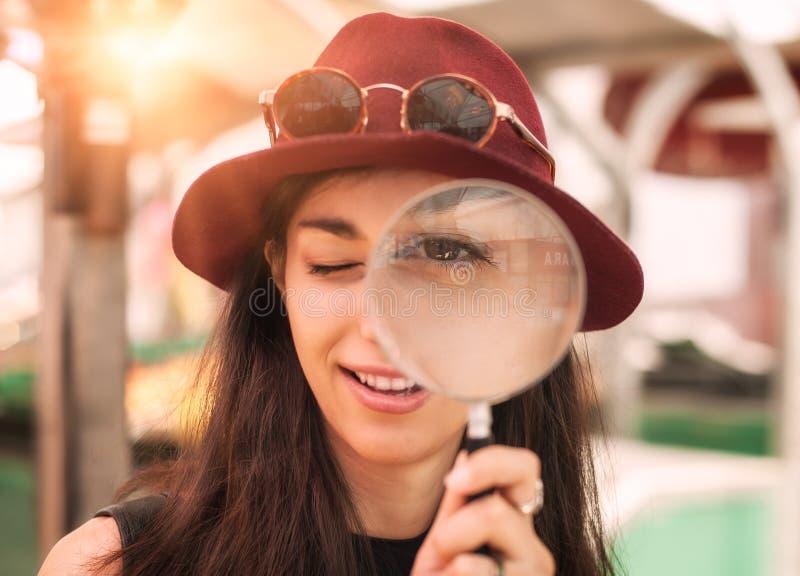 Schönes Mädchen mit Vergrößerungsglas lizenzfreies stockbild