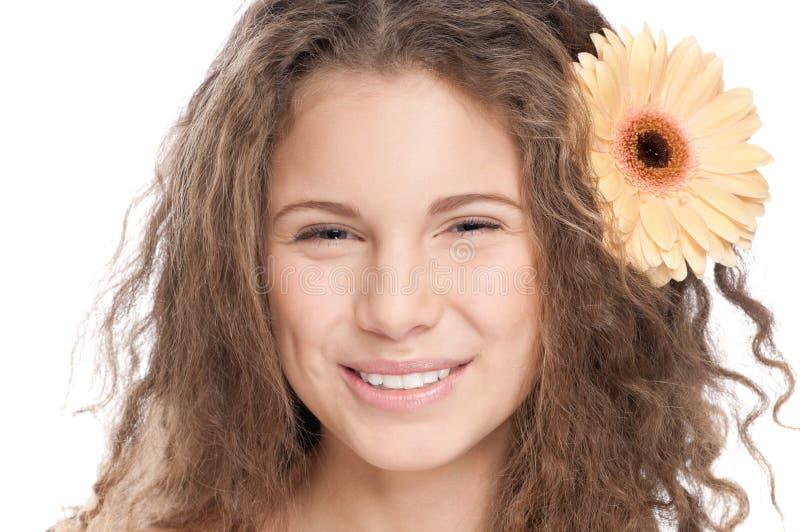 Schönes Mädchen mit vollkommener Haut und Blume lizenzfreies stockfoto
