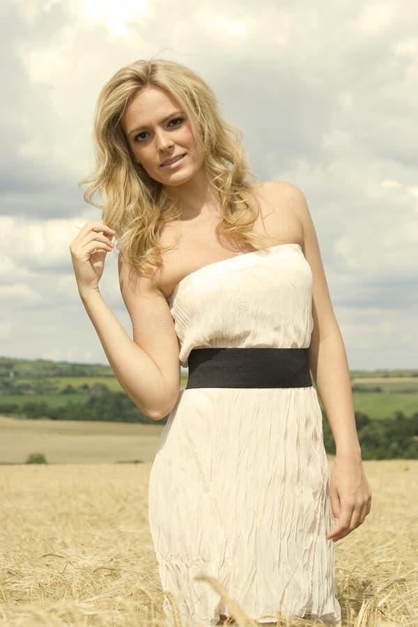 Schönes Mädchen mit weißem reizvollem Kleid lizenzfreie stockbilder