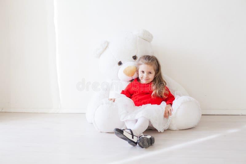 Schönes Mädchen mit weichem Spielzeug Big Bear lizenzfreie stockfotos