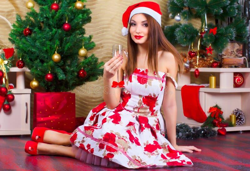 Schönes Mädchen mit Weihnachtsdekorationen lizenzfreies stockfoto
