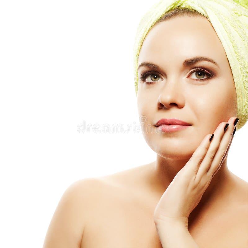 Schönes Mädchen nach dem Bad, das ihr Gesicht berührt lizenzfreies stockfoto