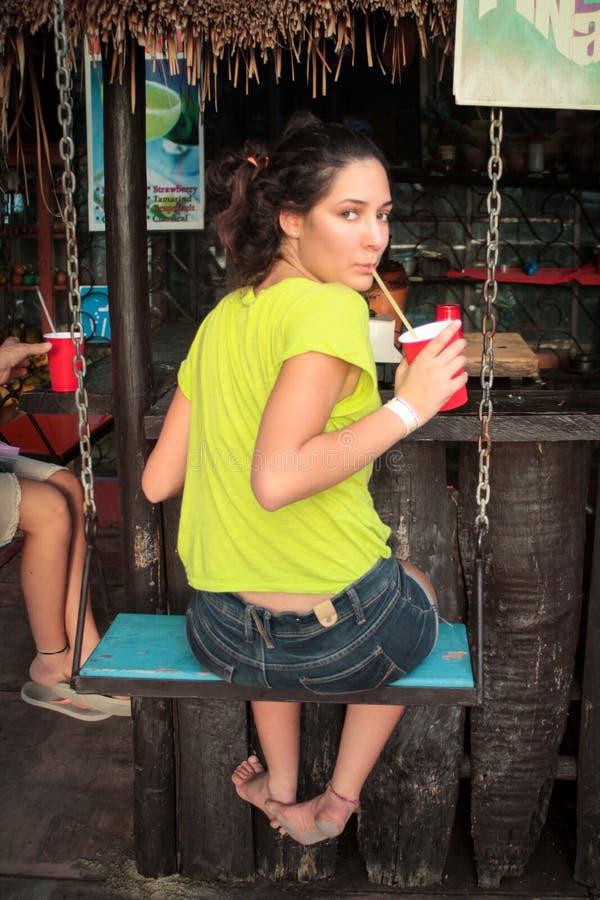 Schönes Mädchen nehmen eine Erfrischung in einem karibischen Strandbar sitt stockfoto