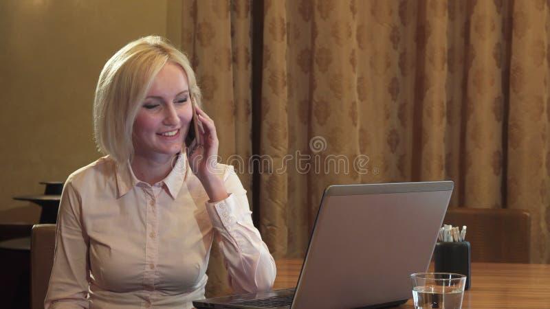 Schönes Mädchen nennt durch Handy und spricht glücklich stockfoto