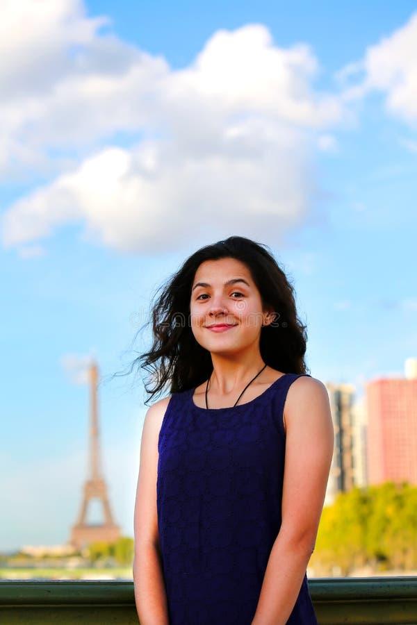 Schönes Mädchen in Paris lizenzfreie stockbilder