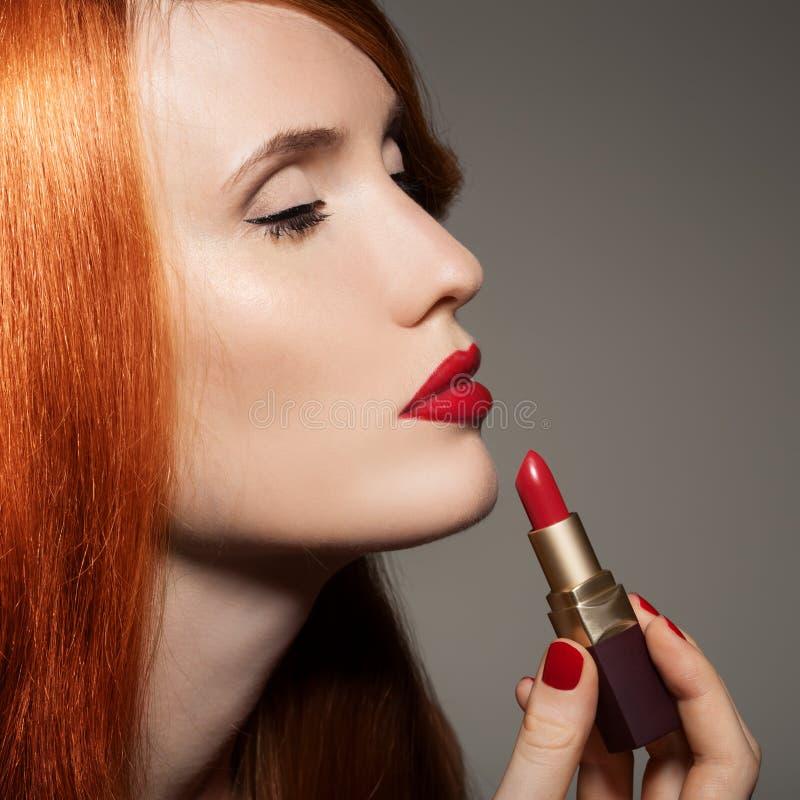 Schönes Mädchen. Roter Lippenstift stockbilder