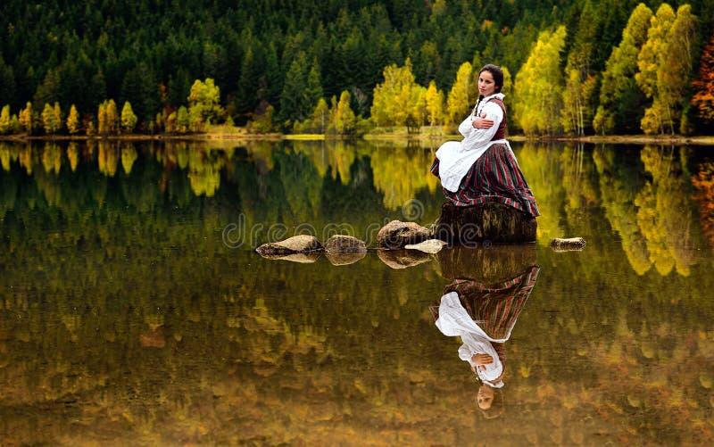 Schönes Mädchen Rumäniens auf Heilig-Ana vulkanischem See mit traditionellem Kostüm lizenzfreies stockbild