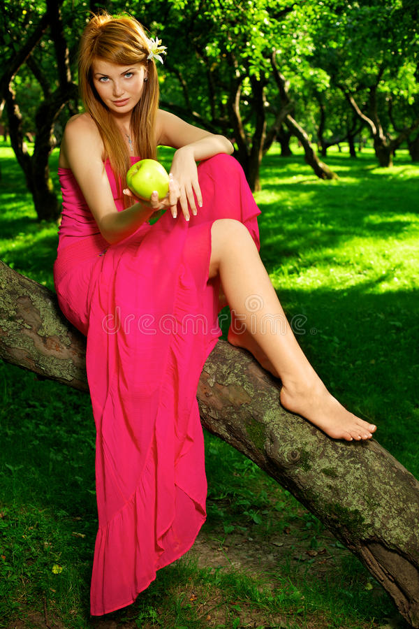 Schönes Mädchen schlägt den grünen Apfel vor lizenzfreie stockfotografie