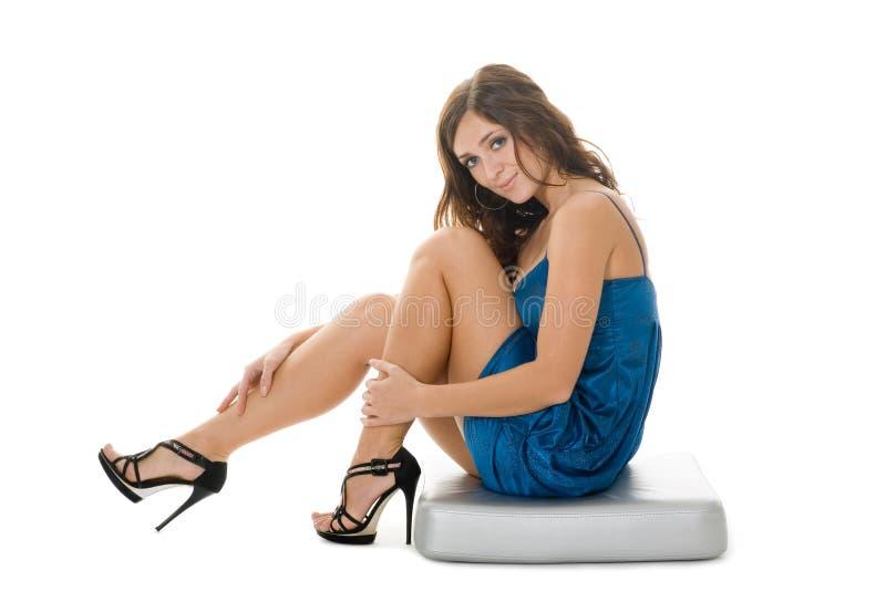 Schönes Mädchen sitzt auf einem dekorativen Kissen lizenzfreie stockbilder