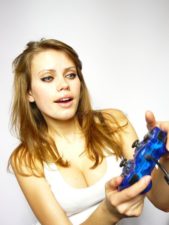 Schönes Mädchen spielt Videospiel stockfoto