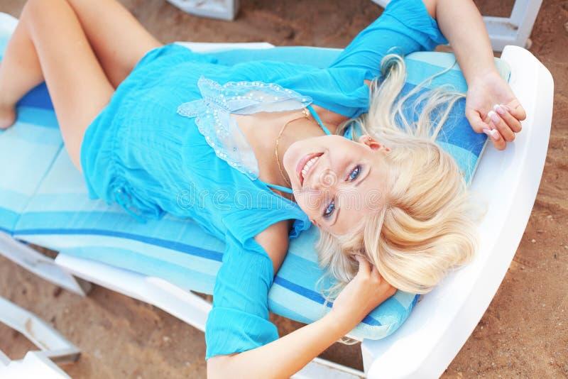 Schönes Mädchen am Strand lizenzfreies stockfoto