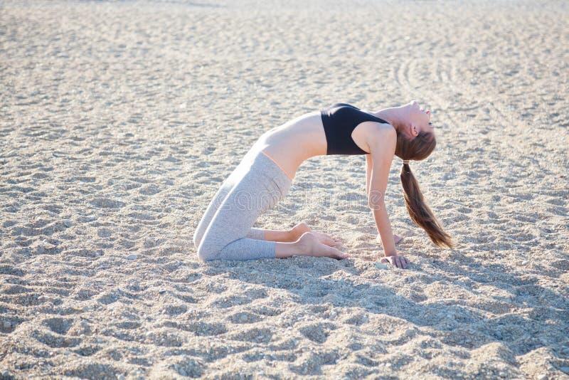 Schönes Mädchen teilgenommen an Eignung Yoga stockfotografie
