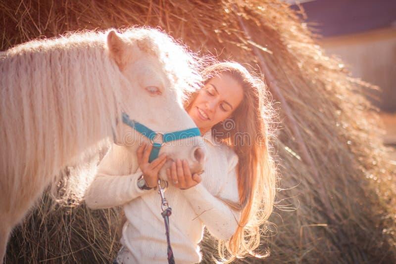 schönes Mädchen und ein Pferd lizenzfreie stockbilder