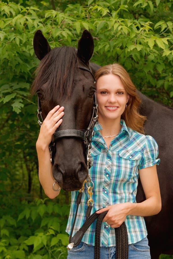 Schönes Mädchen und ihr stattliches Pferd stockbild