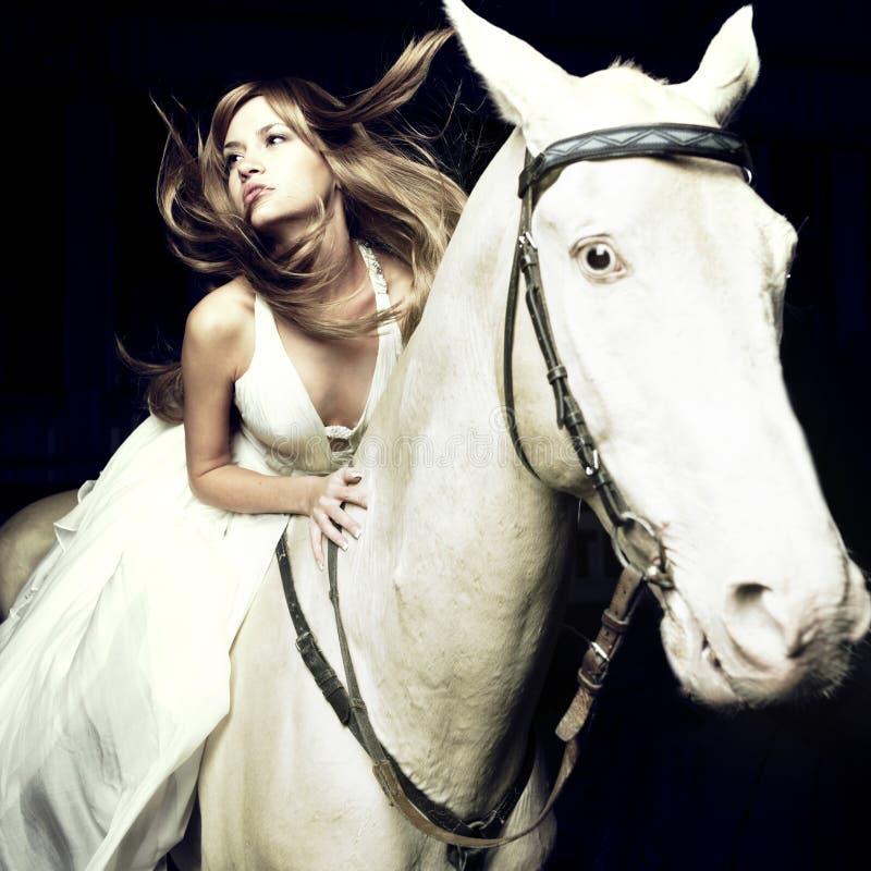 Schönes Mädchen und weißes Pferd lizenzfreie stockbilder