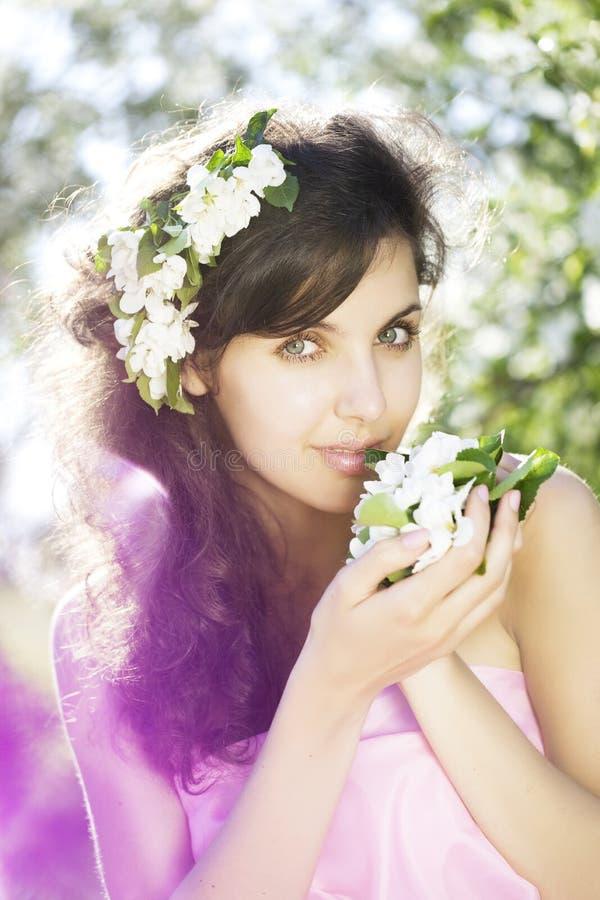 Schönes Mädchen war blühender Garten stockfotos
