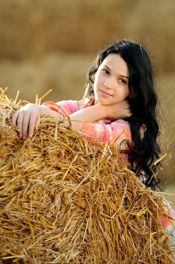 Download Schönes Mädchen, Welches Die Natur Genießt Stockfoto - Bild von landschaft, attraktiv: 26352152