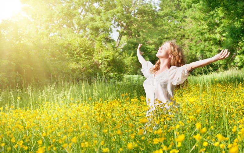 Schönes Mädchen, welches die Sommersonne genießt stockbilder