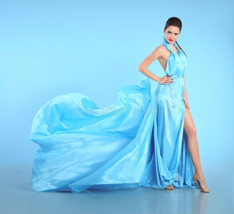 Schönes Mädchen, wenn blaues Kleid durchgebrannt wird Frau im Fliegen-Kleid, Seide lizenzfreies stockbild