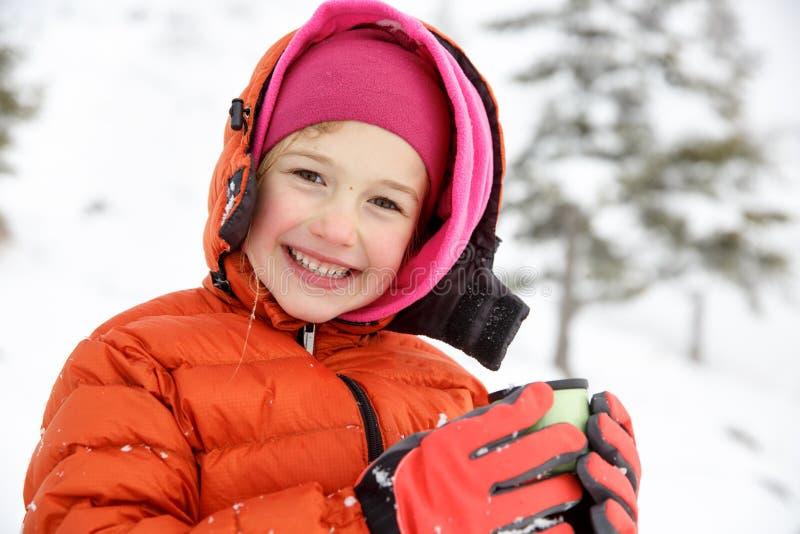 Schönes Mädchen, Winter genießend, trinkender warmer Thermosflaschetee stockfotos