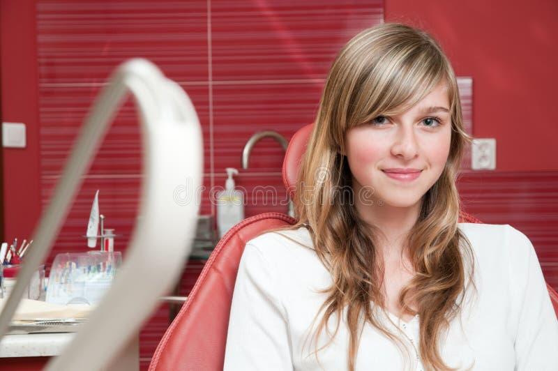 Schönes Mädchen am Zahnarzt lizenzfreie stockfotografie