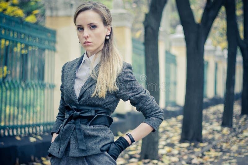 Schönes Mädchen am Zaun lizenzfreies stockfoto