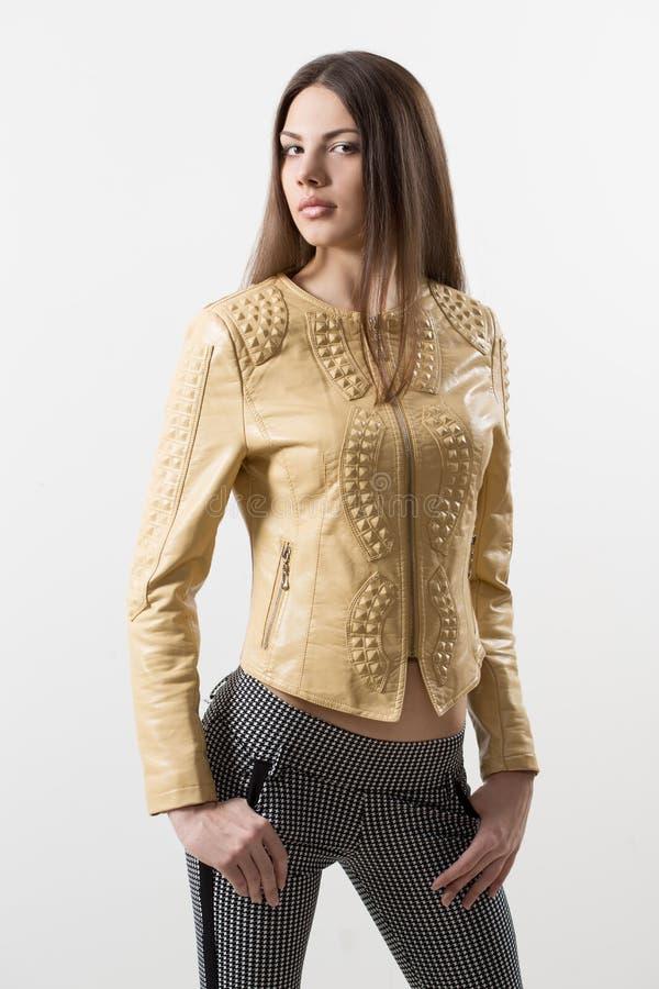 Schönes Mädchenmodell in der beige Jacke lizenzfreie stockbilder