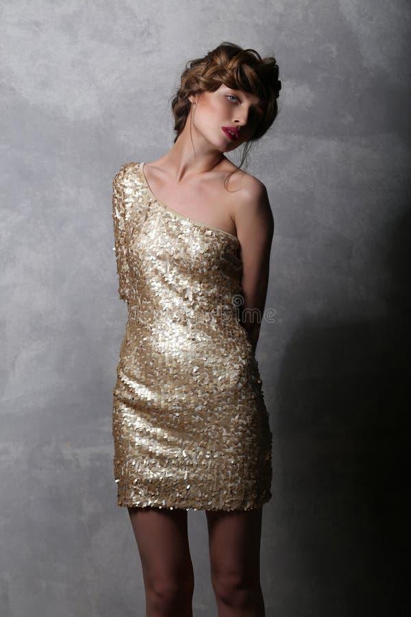 Schönes Mädchenmodell Des Porträts In Einem Luxuriösen Goldkleid ...