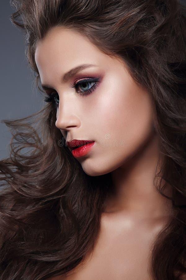 Schönes Mädchenmodell mit Berufsmake-up, Profil stockfotos