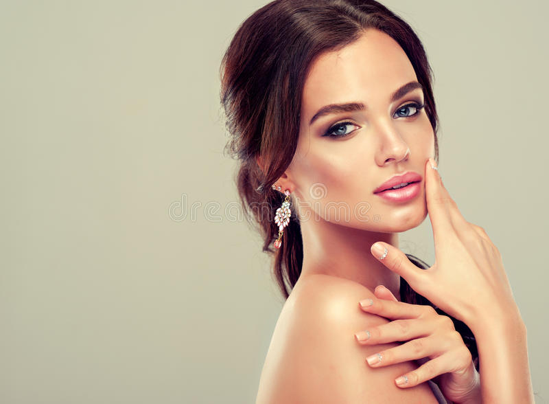 Schönes Mädchenmodell mit dem braunen Haar stockfoto