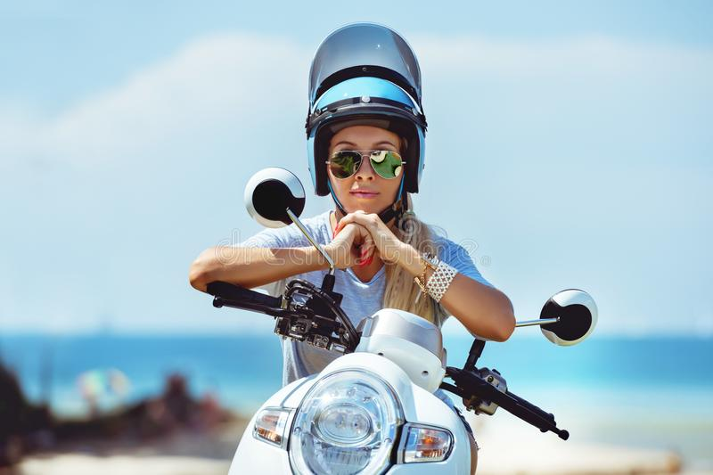 Schönes Mädchenmotorrad-Sturzhelm porttrait stockbild