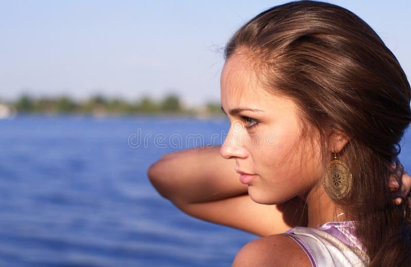 Schönes Mädchenprofil in dem Fluss lizenzfreies stockbild