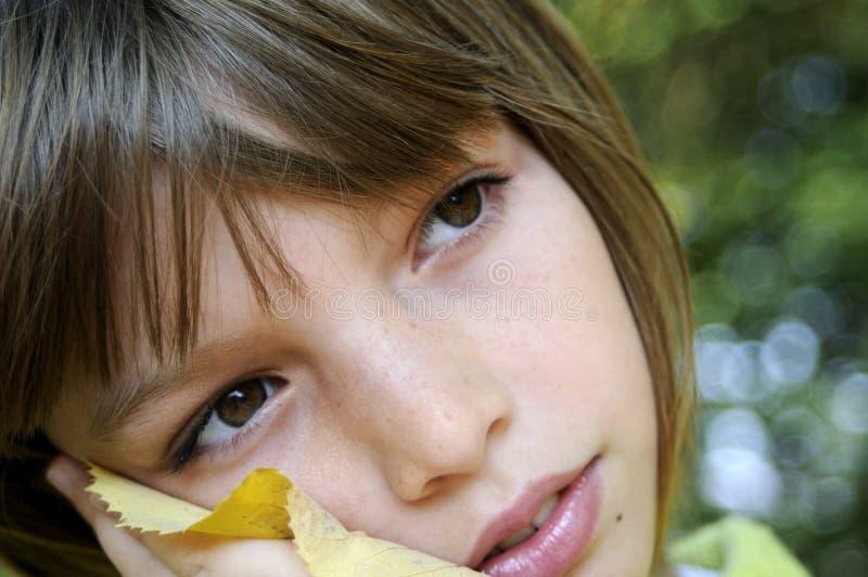 Schönes Mädchenträumen stockfoto