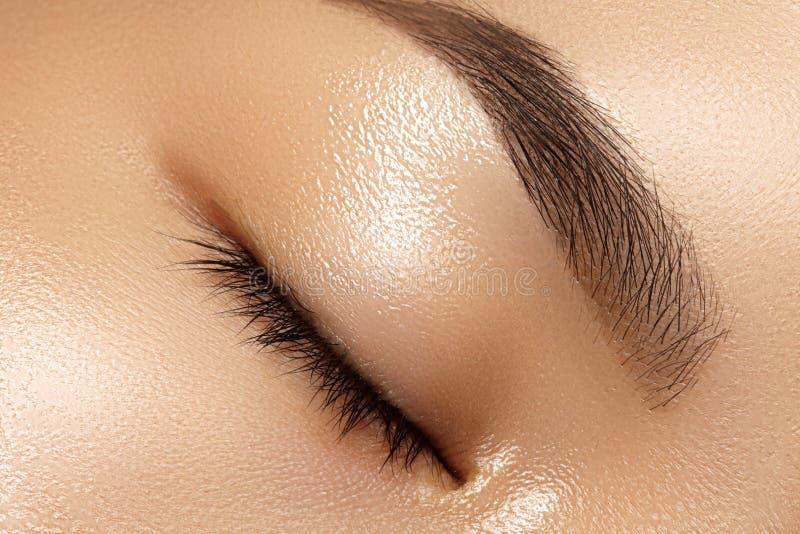 Schönes Makro des weiblichen Auges mit sauberem Make-up Perfekte Formaugenbrauen Kosmetik und Verfassung Sorgfalt über Augen lizenzfreie stockfotografie