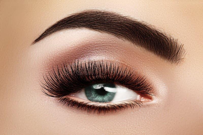 Schönes Makro Weibliches Auge mit extrem langen Eyelasen und Celebrate Makeup Perfperfekte Form-Make-up, Fashion-Long Lashes lizenzfreie stockfotografie