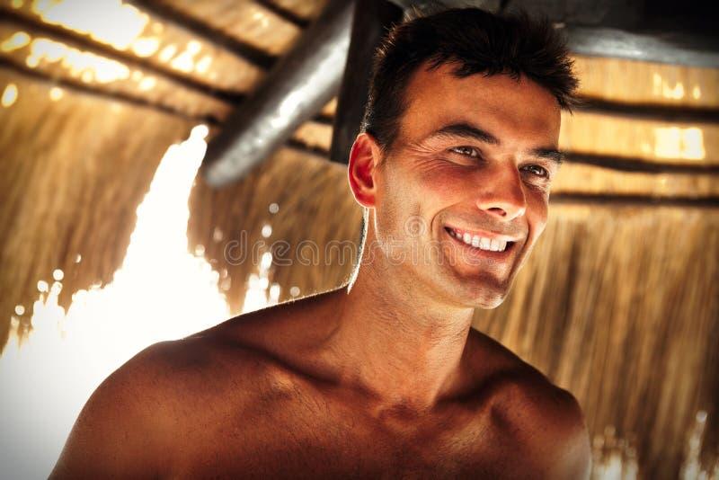 Schönes Mannmodell des Lächelns Sommermannesschönheit stockbilder