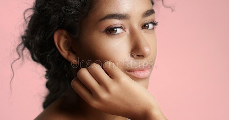 Schönes marokkanisches Mädchen mit perfektem Hautvideo lizenzfreies stockbild