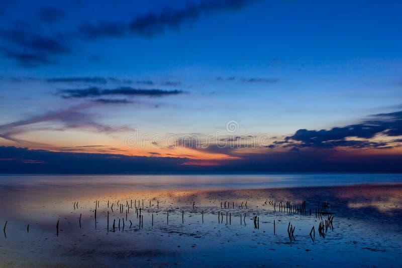Schönes Meer in der Dämmerung lizenzfreie stockbilder