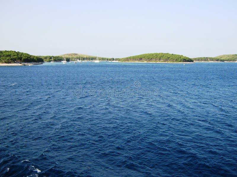 Schönes Meer und Jachthafen stockfoto