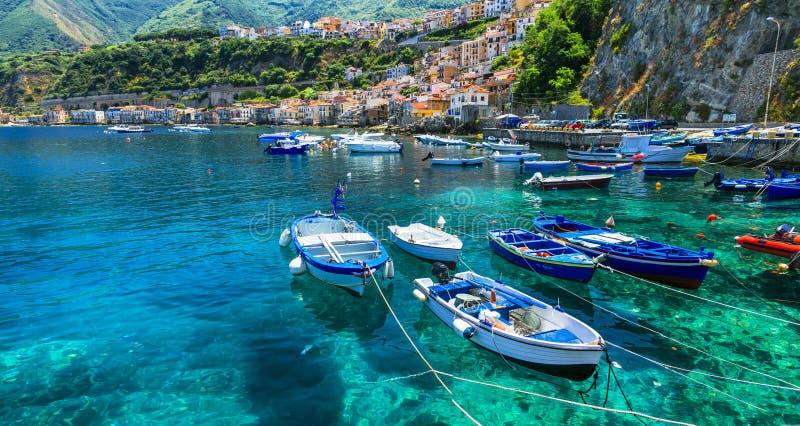 Schönes Meer und Orte von Kalabrien- - Scilla-Stadt mit traditionellen Fischerbooten Süden von Italien stockbild