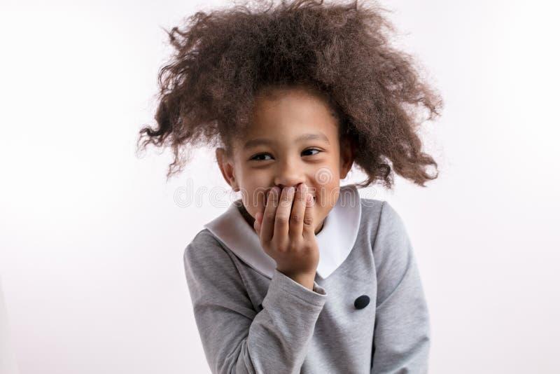Schönes metise Mädchen, das mit lacht, überreicht Mund stockbilder