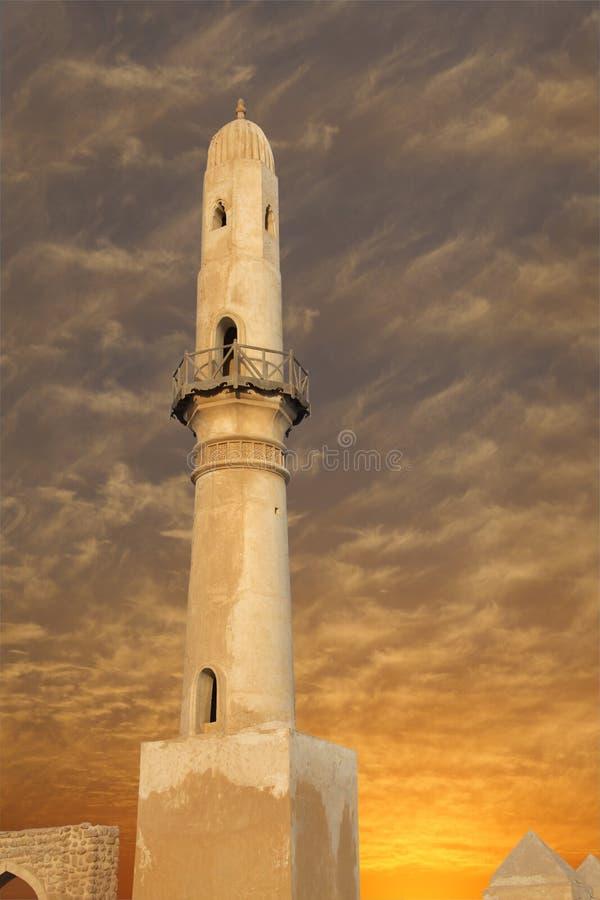 Schönes Minarett am Sonnenuntergang, khamis Moschee Bahrain stockfotos