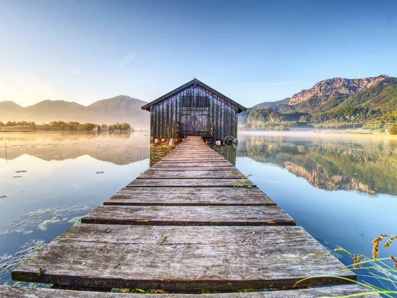 Schönes Mmorning am See mit traditionellem hölzernem Bootshaus stockfotos
